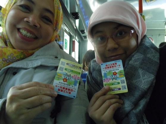 berpose dalam bus dengan kyoto bus one day pass.