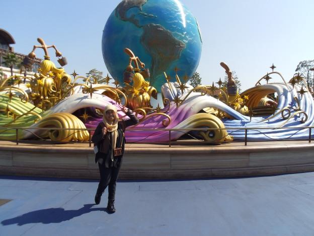bola dunia di dekat pintu masuk Tokyo Disney Sea