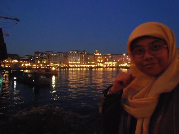 pemandangan pelabuhan saat malam