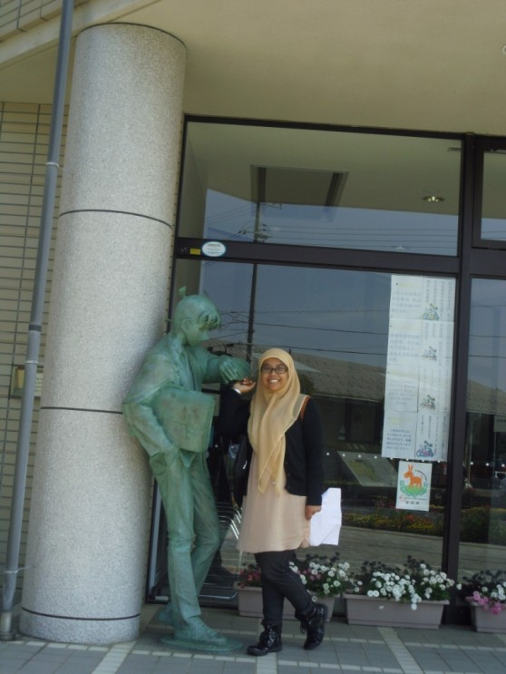 Shinichi lagi menunggu Ran depan perpustakaan Hokuei